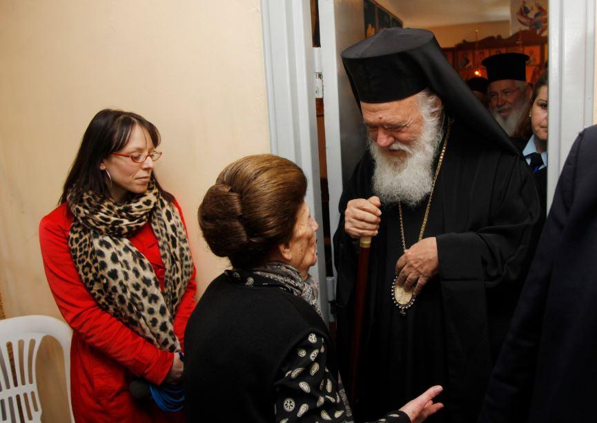 Ο Αρχιεπίσκοπος μοίρασε δώρα στις μητέρες στις γυναικείες φυλακές Ελαιώνα Θηβών