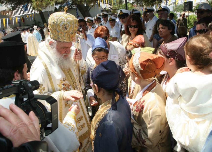Ο Αρχιεπίσκοπος Ιερώνυμος στη Λιτανεία της Χρυσοπηγής, Σίφνος, Ιούνιος 2008