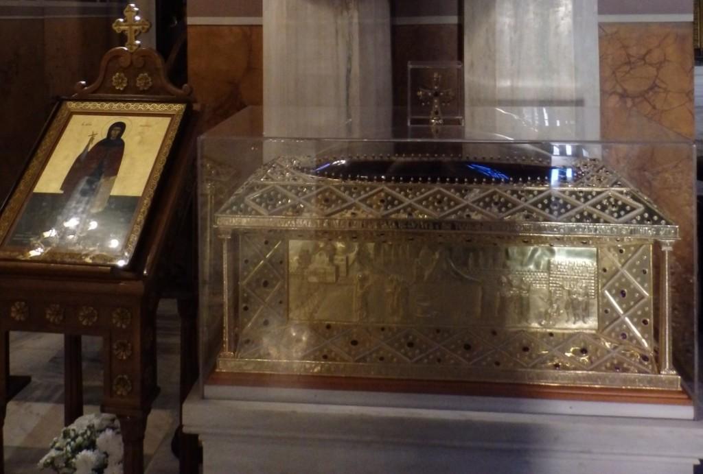 Η λάρνακα με τα ιερά λείψανα της Αγίας Φιλοθέης που βρίσκεται στον Μητροπολιτικό ναό των Αθηνών.