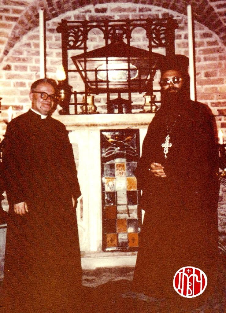Ενώπιον της λάρνακος των ιερών λειψάνων του αγίου Δημητρίου με τον προϊστάμενο του Αββαείου don Araldo Angeloni (1978)