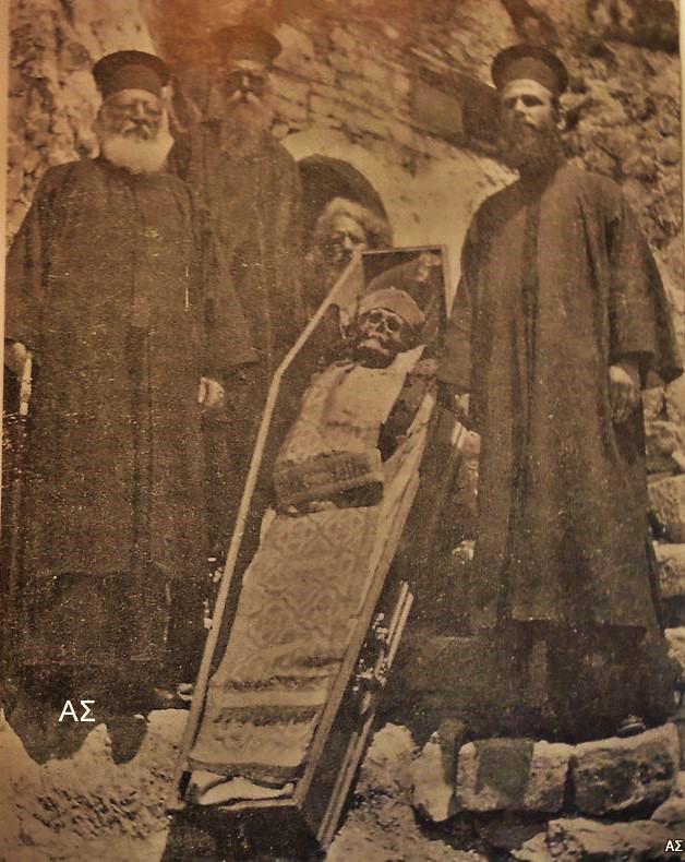 Το σκήνωμα του Οσίου Παταπίου κατά τη στιγμή της εύρεσής του.