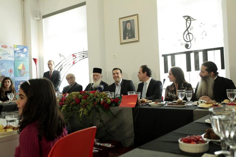 29/12: Αρχιεπίσκοπος και Πρωθυπουργός γευμάτισαν με τα παιδιά του Δημήτρειου Κέντρου Δημιουργικής Απασχόλησης