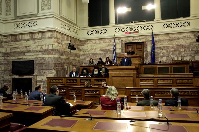 Πρόκειται, άλλωστε, για μία ιστορική στιγμή για την Ελληνική Βουλή, αφού είναι η πρώτη φορά που Αρχιεπίσκοπος συμμετέχει σε συνεδρίασή της.