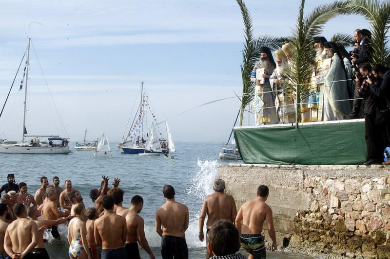 06/01: Στον ιερό ναό Αγίου Αλεξάνδρου Παλαιού Φαλήρου τέλεσε το πρωί το μυστήριο της Θείας Ευχαριστίας ο Αρχιεπίσκοπος Αθηνών και πάσης Ελλάδος κ. Ιερώνυμος. Στη συνέχεια συνοδευόμενος από τον Μητροπολίτη Νέας Σμύρνης, πολιτειακών παραγόντων, κληρικών και λαϊκών κατευθύνθηκαν στην παραλία του Φλοίσβου όπου τελέσθηκε ο Καθαγιασμός των υδάτων.