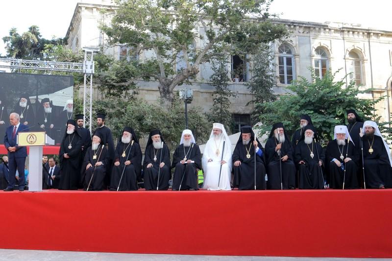 Από τις πρώτες ημέρες, όμως, στην Κρήτη, φάνηκε ότι θα λείπει η ενότητα, αφού τέσσερις από τους δεκατέσσερις Προκαθημένους των ορθοδόξων Εκκλησιών, οι Εκκλησίες της Ρωσίας, της Αντιοχείας, της Βουλγαρίας και της Γεωργίας, αποφάσισαν για τους δικούς τους λόγους να μη συμμετέχουν στη Σύνοδο.