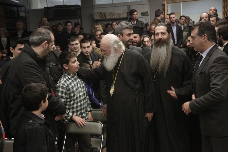 06/3: Συμβολική επίσκεψη, στους χιλιάδες πρόσφυγες που βρίσκονται συγκεντρωμένοι, μέρες τώρα, στο Λιμάνι του Πειραιά, πραγματοποίησε, ο Αρχιεπίσκοπος Αθηνών και πάσης Ελλάδος κ.κ. Ιερώνυμος.