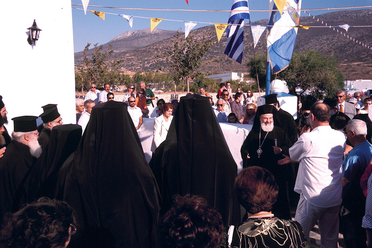 Οι Αμοργιανοί έχουν σημαιοστολίσει τις Εκκλησιές τους και υποδέχονται τον Αρχιεπίσκοπο Χριστόδουλο (Φωτο: actimon.blogspot.gr)