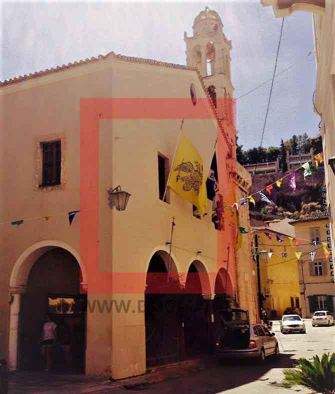 Δίπλα σε αυτήν την πολλή παλιά εκκλησία με το εντυπωσιακό τέμπλο, σώζεται και η ελιά όπου οι Οθωμανοί κρέμασαν ανάποδα και βασάνισαν τον Άγιο Αναστάσιο και μετά τον πέταξαν στο λιμάνι της πόλης.