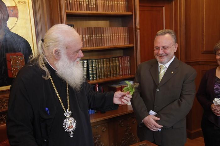 Ο πρόεδρος των εργαζομένων της Αποστολικής Διακονίας και της Ιεράς Συνόδου της Εκκλησίας της Ελλάδος στον Αρχιεπίσκοπο.