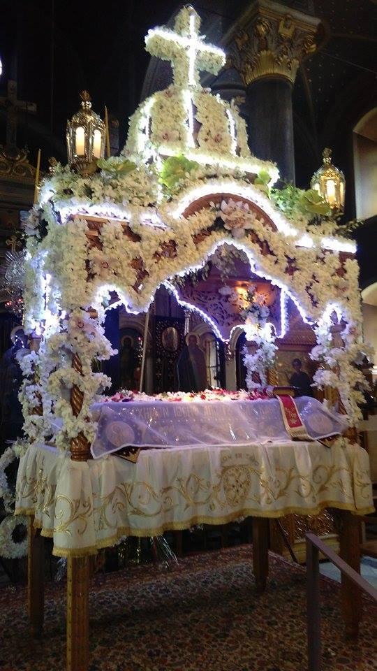 Ι. Ν. Μεγάλης Παναγίας - Αγίου Δημητρίου Θηβών. Ο Στολισμός του -λόγω της επετείου 150 ετών από τα εγκαίνια του Ναού- είναι ερανισμένος από τον στολισμό του παλιού Επιταφίου που αποτελεί πια ενοριακό κειμήλιο. Χρησιμοποιήθηκαν τα περισσότερα από τα παλαιά σχέδιά του. Φωτογραφίες Σταύρου Χριστοφοράκη, Αναγνώστη, Φοιτητή Θ.Σ.Π.Α.